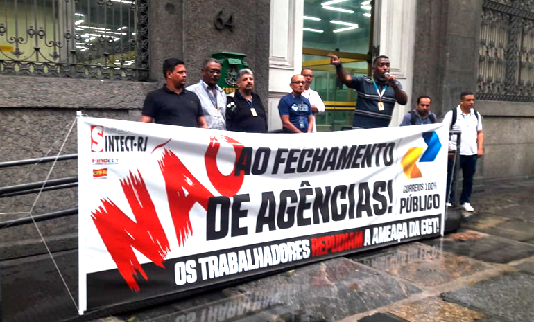 Trabalhadores dos Correios realizam ato contra o fechamento das agências