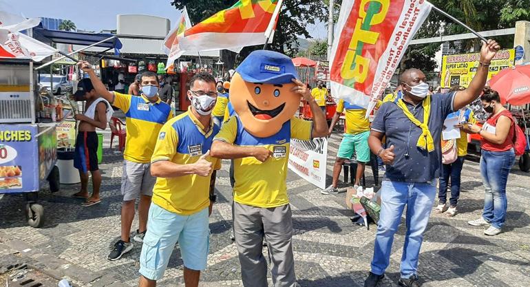 Distribuição de carta aberta à população na Central do Brasil marca os 30 dias de greve no RJ