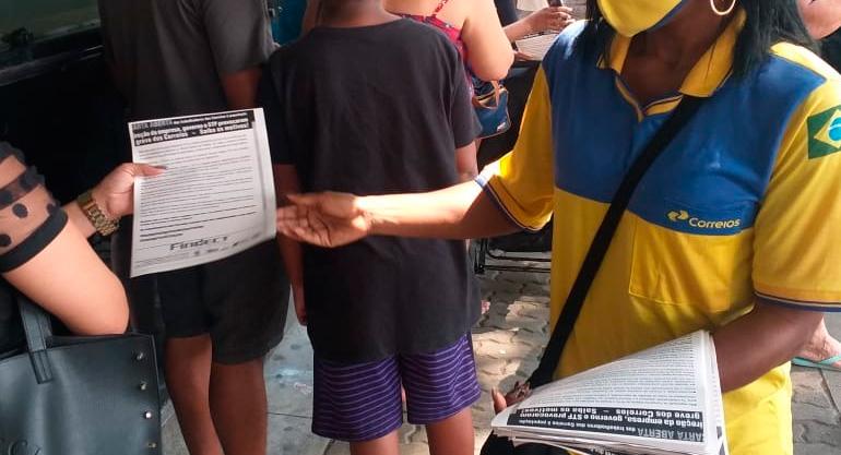 Trabalhadores dos Correios em greve dialogam com população de Santa Cruz