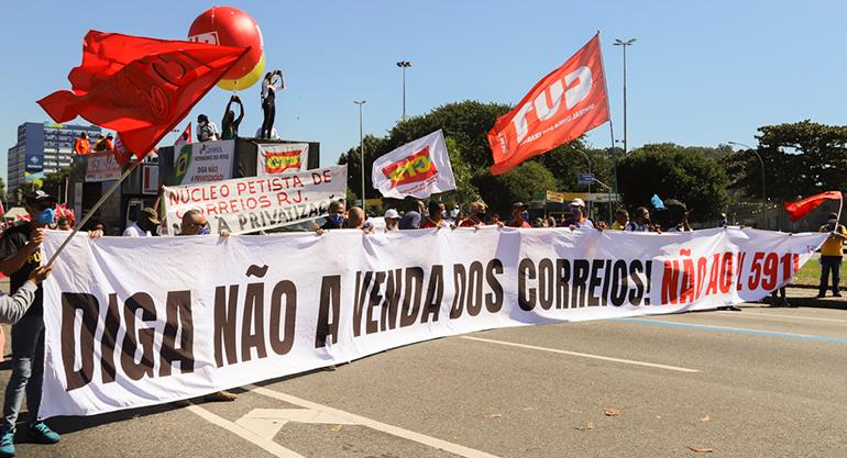 Trabalhadores lotam as ruas do Rio de Janeiro para defender os Correios,…